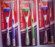 Close-Up Fresh Breath Kit - 1 Toothbrush 1 Tongue Cleaner - Assorted Colours