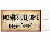 1 x Coco & Bo - Welcome Wizards Party Sign 29 cm x 16 cm - Muggles Tolerated - Magical Wizarding Harry Potter Theme Hogwarts School Room Decorations